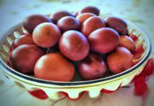 huevos rojos de pascua
